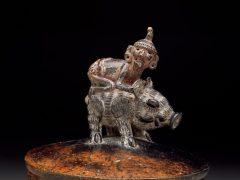 Артефакт месяца: бог Ицамна верхом на пекари
