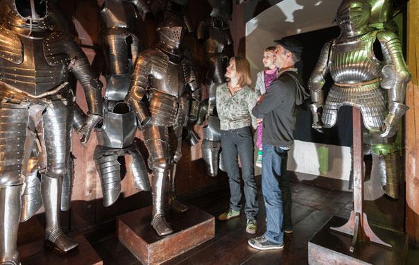рыцарский шлем, доспехи и оружие