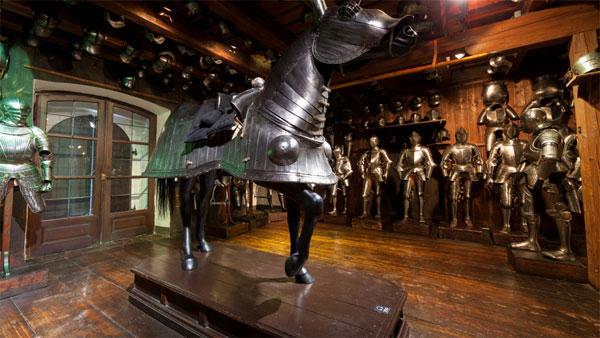 средневековые рыцари и конь