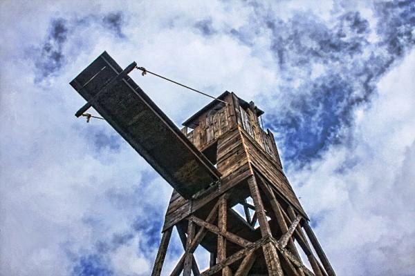 Осадная башня опустила штурмовой мостик