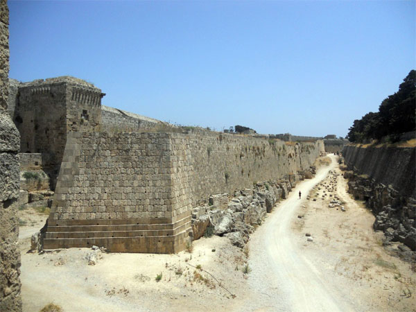 Стены, рвы, валы, контрэскарпы