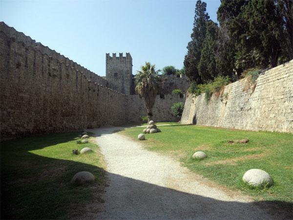 vnutrennij-perimetr-sten kreposti Rodos