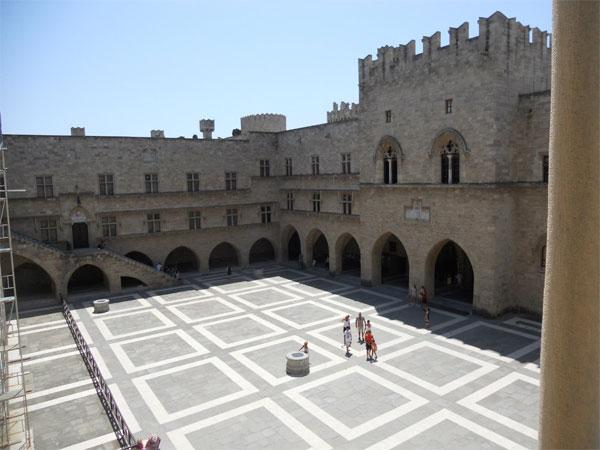 Внутренний двор дворца Великого Магистра