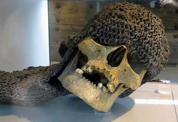 череп в кольчужном капюшоне