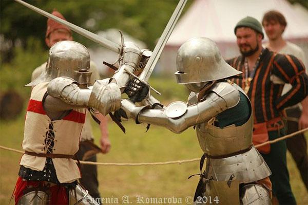 готический меч в бою