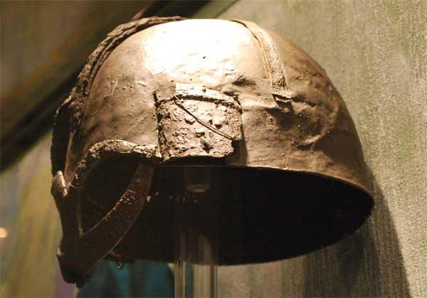 шлем из Гъермундбю слева