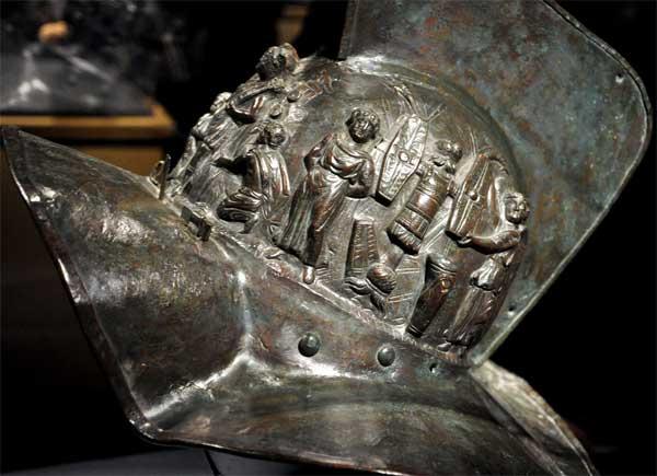 шлем гладиатора слева