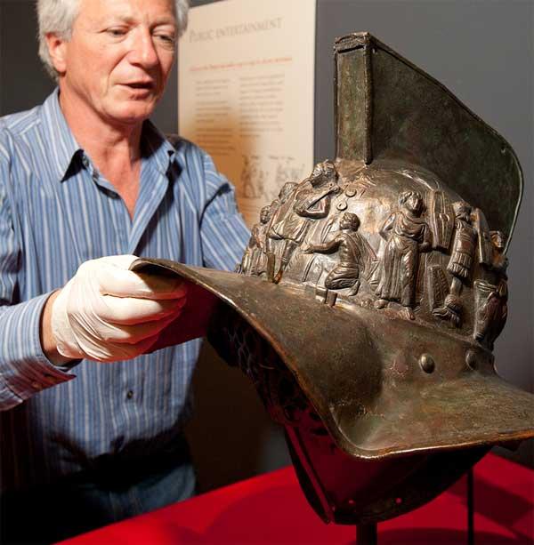 Рельефное изображение на шлеме гладиатора