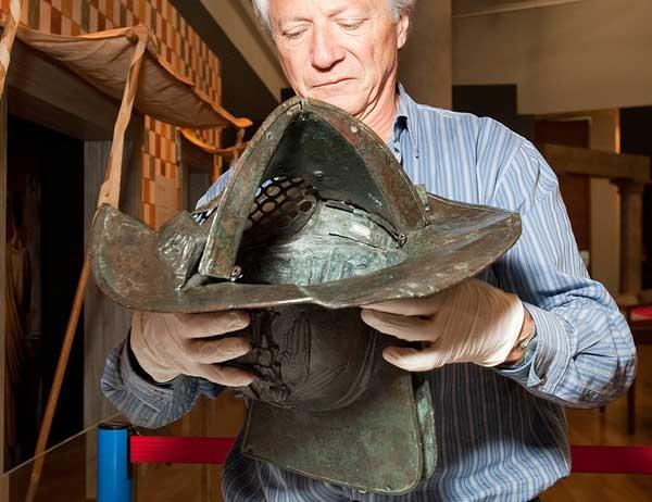 Шлем гладиатора со стороны затылка