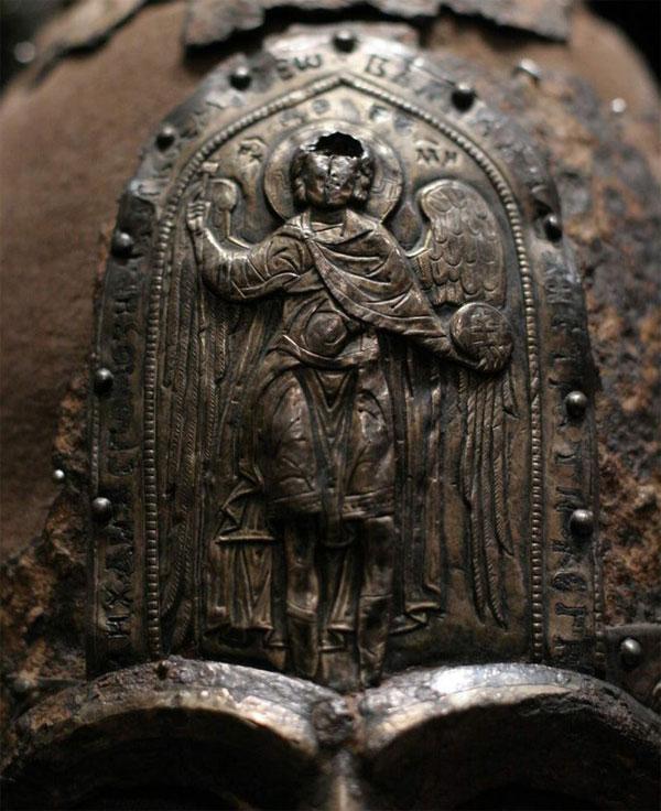 Икона на лбу шлема князя