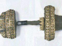 Средневековый меч с позолоченной рукоятью