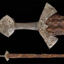 Каролингский меч из музея Осло: рука и крест