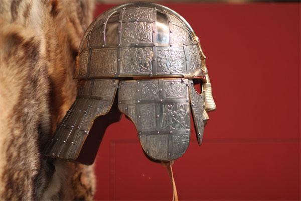 Шлем из Саттон-Ху сбоку
